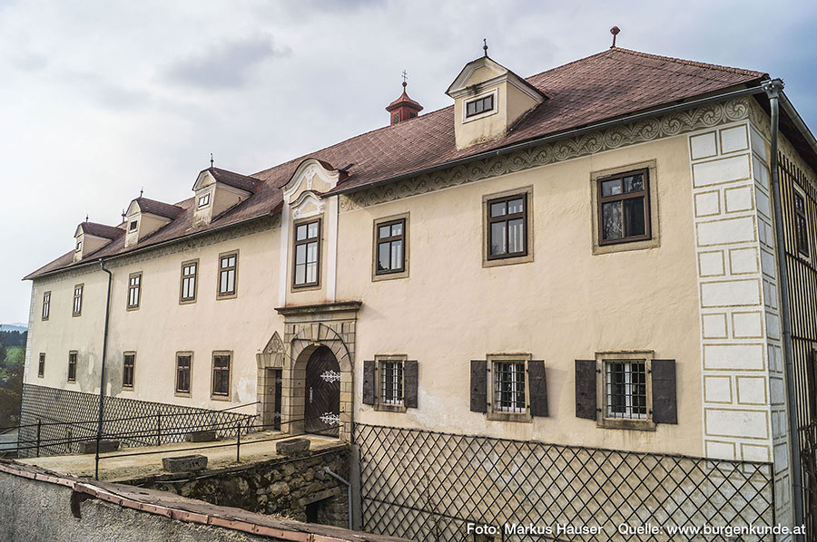 Der Zugang zum Schloss Waldenfels führt auch heute noch über eine Brücke, die einen relativ tiefen Graben überspannt.