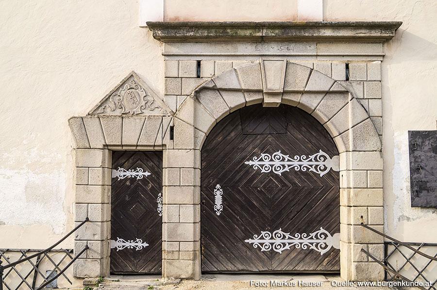Die Tore zieren wunderschöne schmiedeeiserne Türblätter.