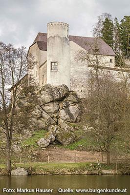 An dieser Stelle könnte einst die erste, vielleicht hölzerne, kleine Burg gestanden haben, wie es einst so viele im Mühlviertel gab.