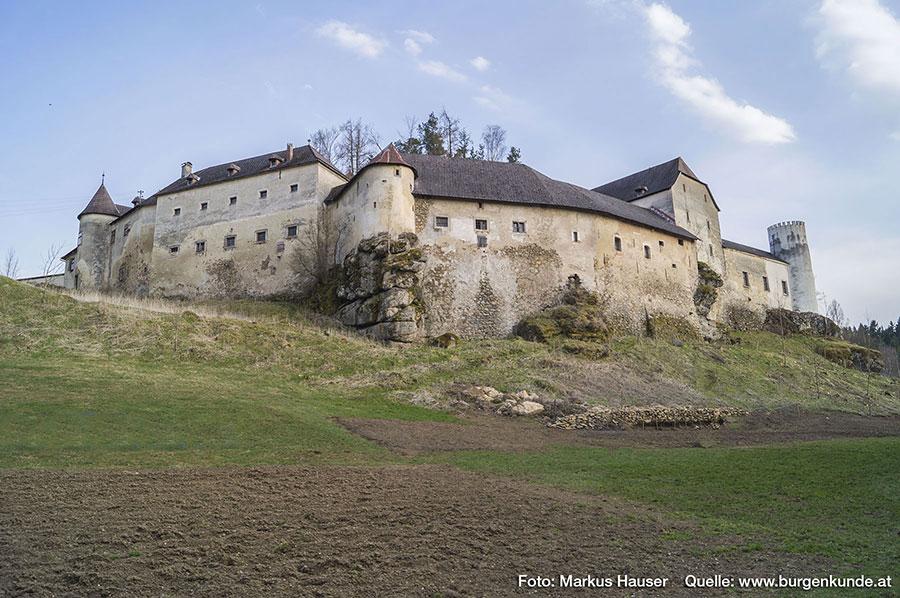 Hinter diesen Mauern verbargen sich einst Gerichtsgebäude und Kerker.