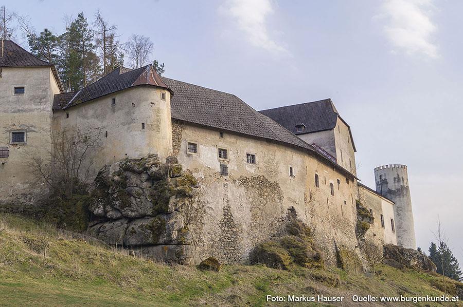 Um Angreifern das Eindringen zu erschweren, gab es Maueröffnungen überhaupt nur im obersten Stock.
