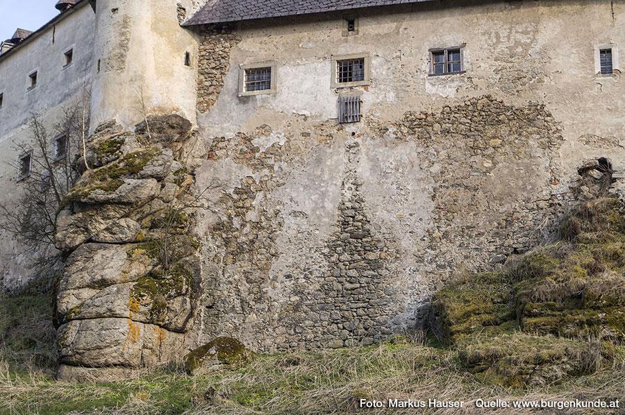 Der sich nach unten erweiternde Keil des abgelösten Mauerputzes, könnte entweder auf eine Verwendung der (nun mit einem Holzverschlag verschlossenen) Maueröffnung oder des kleinen orangefarbenen Plastikrohres darüber als Ausguss deuten.