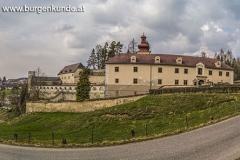 Hauptansicht von der am Schloss Waldenfels vorbeiführenden Straße.