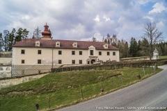 Die 9-achsige Front des Hauptgebäudes von Schloss Waldenfels.