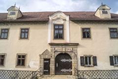 Auch hier zeugt die unregelmäßige Anordnung der Fenster von den zahlreichen Umbauten, die in den letzten Jahrhunderten vorgenommen wurden.