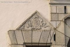 """Über dem """"Mannloch"""" genannten Zugang für Personen ziert das Wappen der Grafen Grundemann-Falkenberg das Steinportal."""