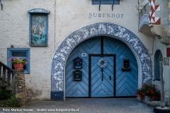 Das reich verzierte Rundbogenportal des Subenhof in Rossatz in der Wachau.