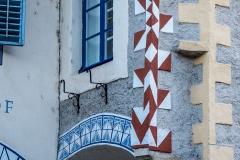 Der reich verzierte Erker auf einer hervorkragenden Konsole an der Stirnseite des vorspringenden Traktes am Subenhof in der Wachau.