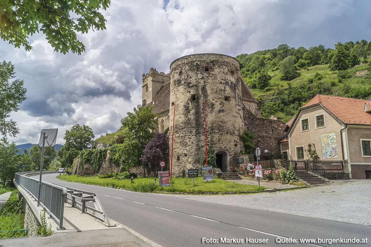 Bevor 1958 die neue Bundesstraße zwischen Wehrkirche und Donau errichtet wurde, fiel das Gelände hier steil zur Donau ab. Die ursprüngliche Straße führte Jahrhundertelang nördlich der Wehrkirche vorbei.