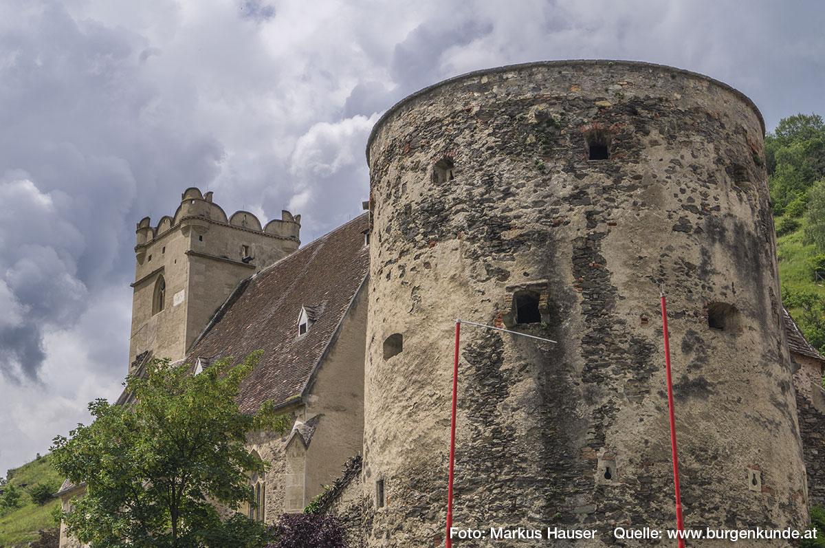 Der Turm vorm Kirchhof wurde rundum mit Schlüsselscharten, Erkern und diversen Öffnungen zur Beobachtung und Verteidigung des Geländes versehen.