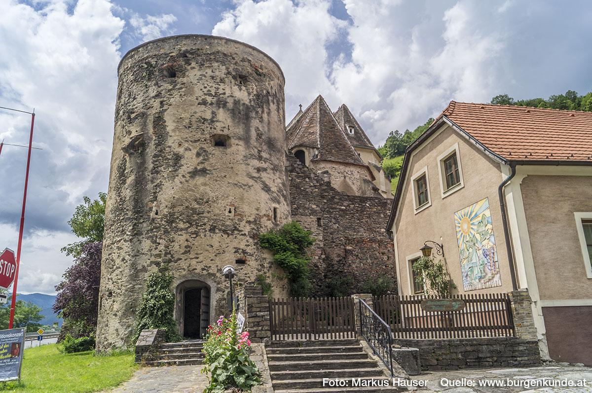 Der heutige, ebenerdige Zugang wurde in späterer Zeit ausgebrochen, als der Turm seine Funktion als Verteidigungseinrichtung längst verloren hatte.