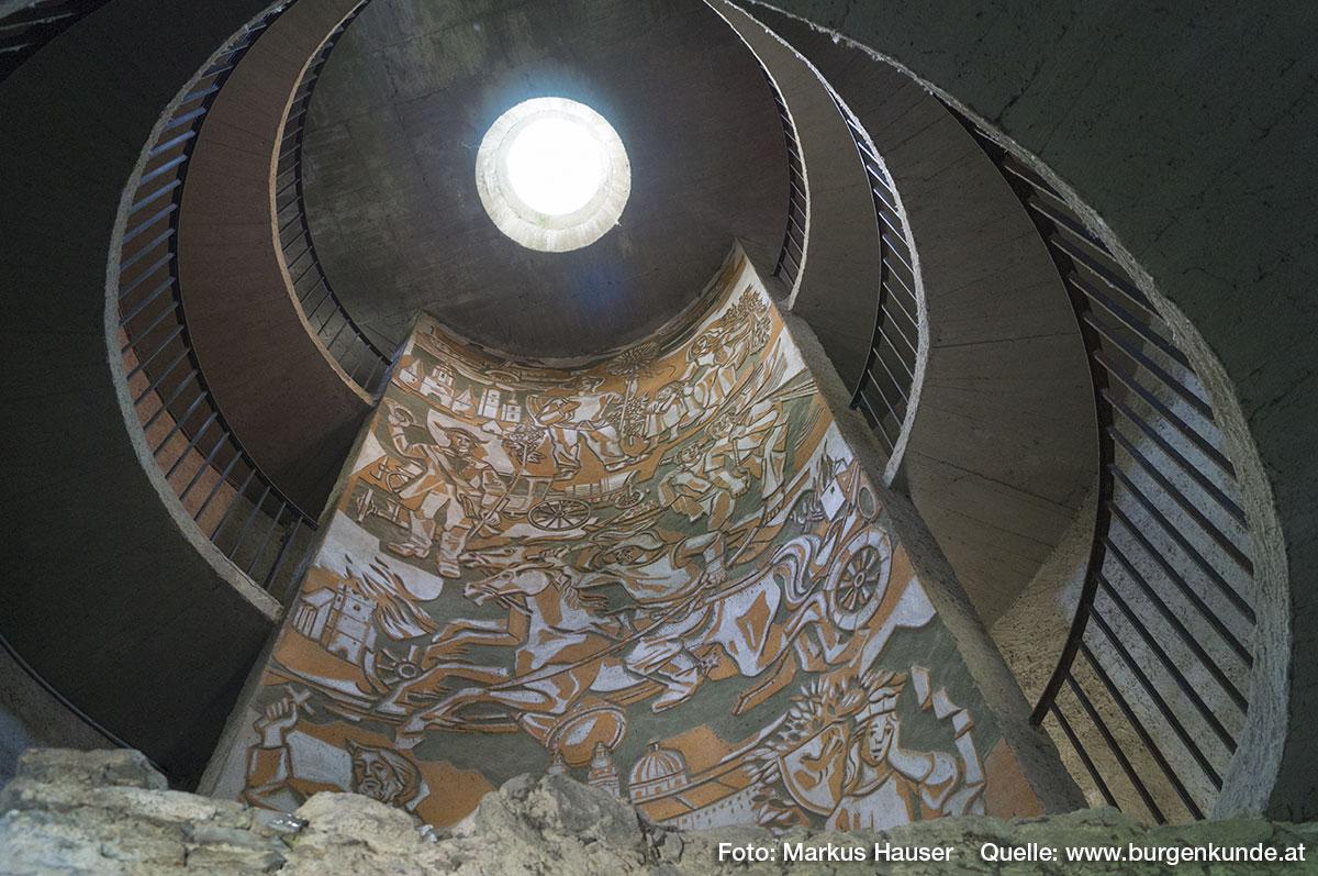 Im Inneren des Turmes gibt es einen modernen, betonierten Treppenaufgang aus den 1950er Jahren.