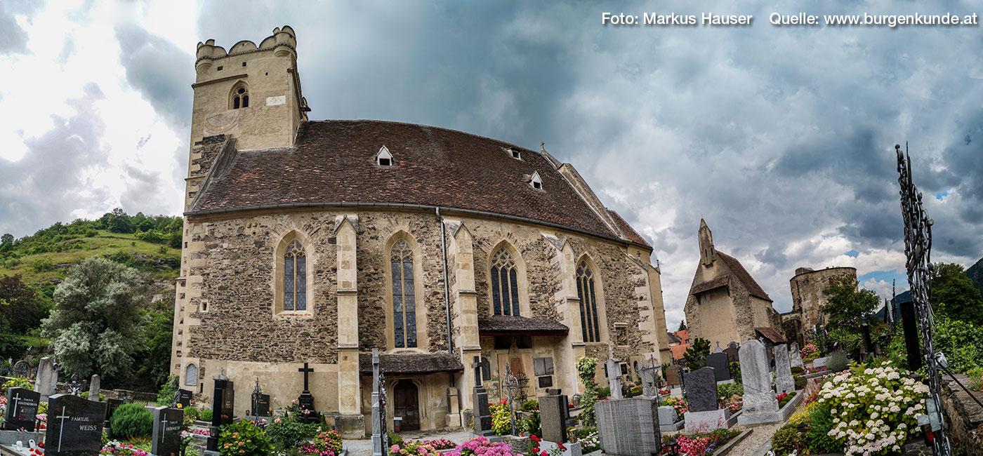 Die Wehrkirche St. Michael mit dem Friedhof, dem Karner (1395) und dem Rundturm.
