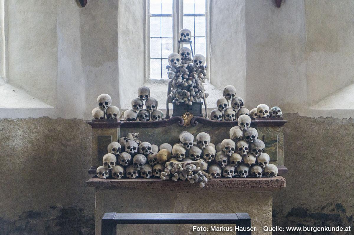 Der mit Totenköpfen aufgebaute Altar soll an die Vergänglichkeit erinnern.