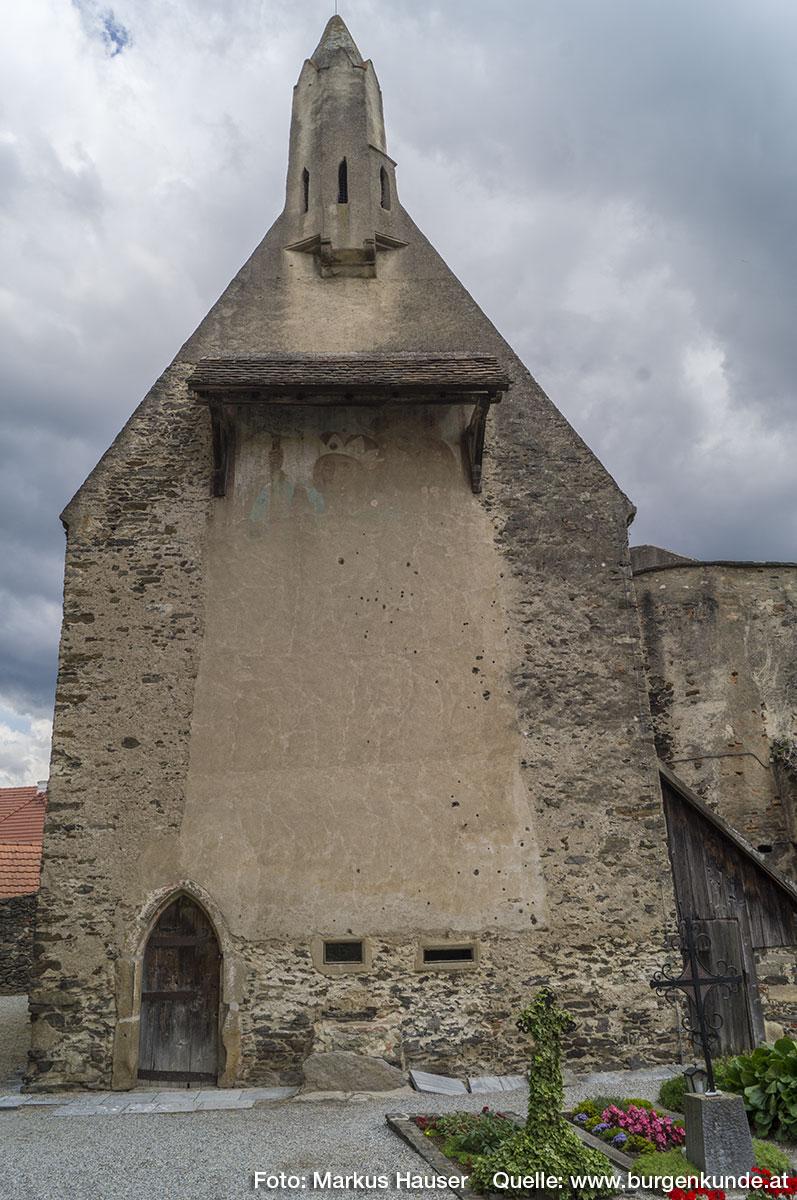 Die 1395 von Seyfried Feitl und Gemahling gestiftete Kapelle mit Beinhaus und Karner weist auf der Wetterseite eine überdimensionale Darstellung des Hl. Christophorus, der den Herzogshut von Österreich trägt, auf.