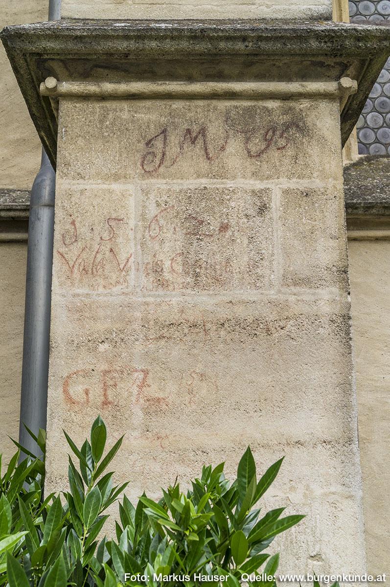 """Die Besucher vergangener Zeiten haben sich an der Außenmauer """"verewigt"""". So ist zB. JM 1795, GFZ oder die Jahreszahl 1562 zu erkennen."""