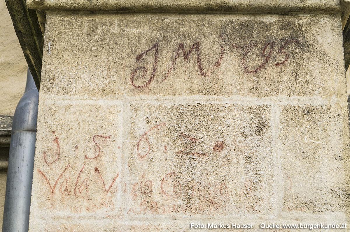 """Die Besucher vergangener Zeiten haben sich an der Außenmauer """"verewigt"""". So ist zB. JM 1795, oder die Jahreszahl 1562 und darunter """"Vala Vaxis C....."""" zu erkennen."""