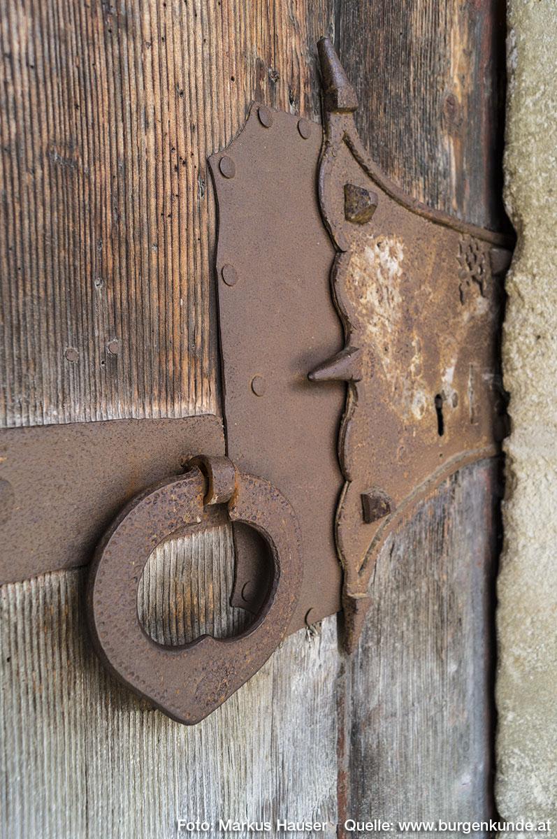 Das Schloß des an der Südseite der Kirche situierten Zugang durch ein mehrfach gestäbtes Portal mit Schulterbogenschluß.