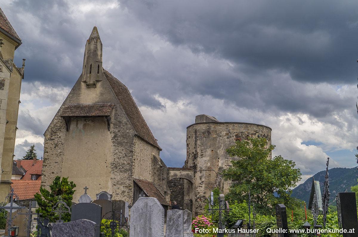 Blick über den Friedhof zur Kapelle und dem Rundturm,