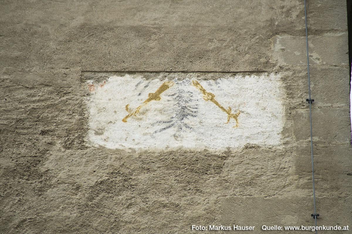 Hier die Füße des Adlers, der später unter einer dicken Putzschicht verschwand.