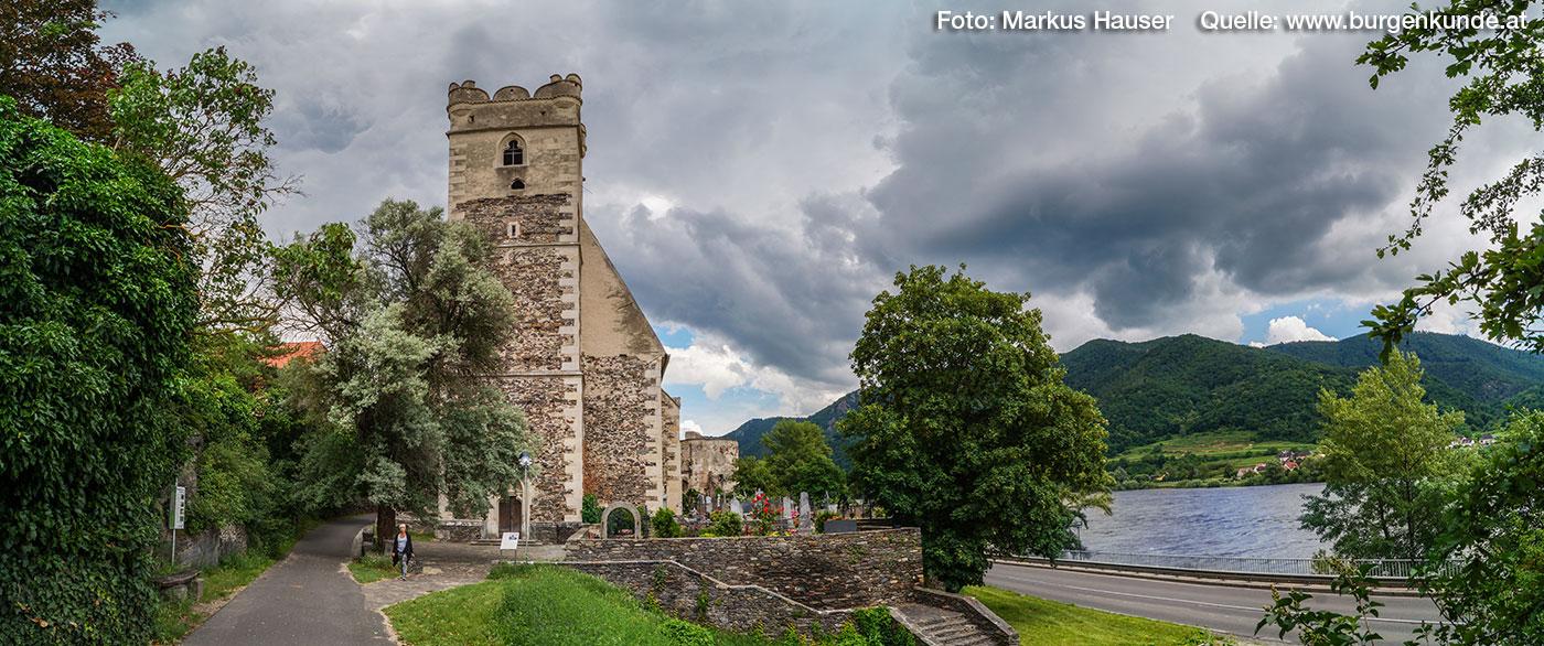 Früher war an dieser Seite eine mehrere Stockwerke hohe Mauer zum Schutz des Kirchhofes.