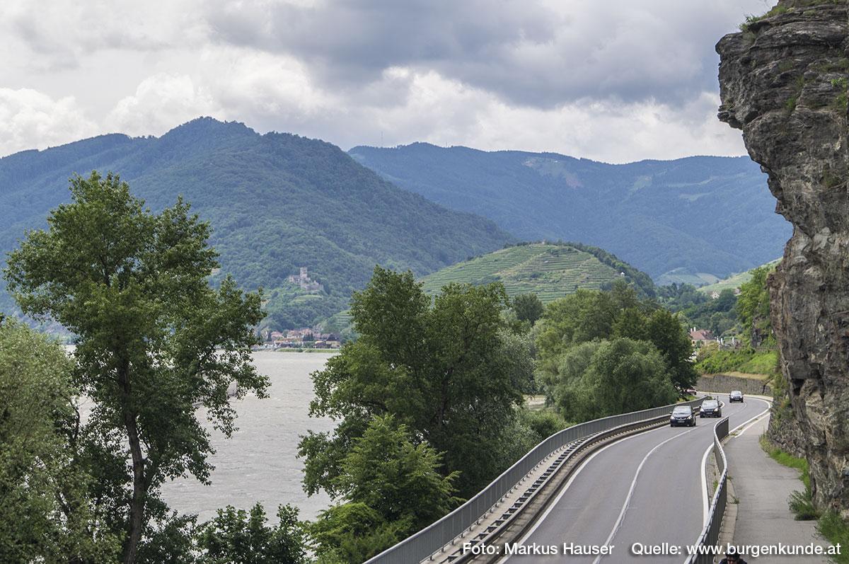 Der Blick reicht bis nach Spitz, dem 1000 Eimer Berg und zur Ruine Hinterhaus.