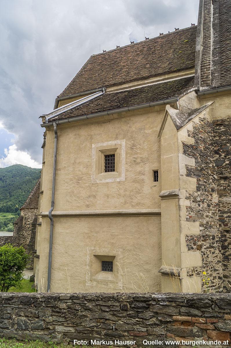 """Auf dem Dachfirst der Kirche sind die im Volksmund als die """"7 Hasen von St. Michael"""" bezeichneten Tiergestalten zu sehen. Im Bild hat sich eine Taube zwischen die 2. und 3. Tiergestalt geschummelt."""
