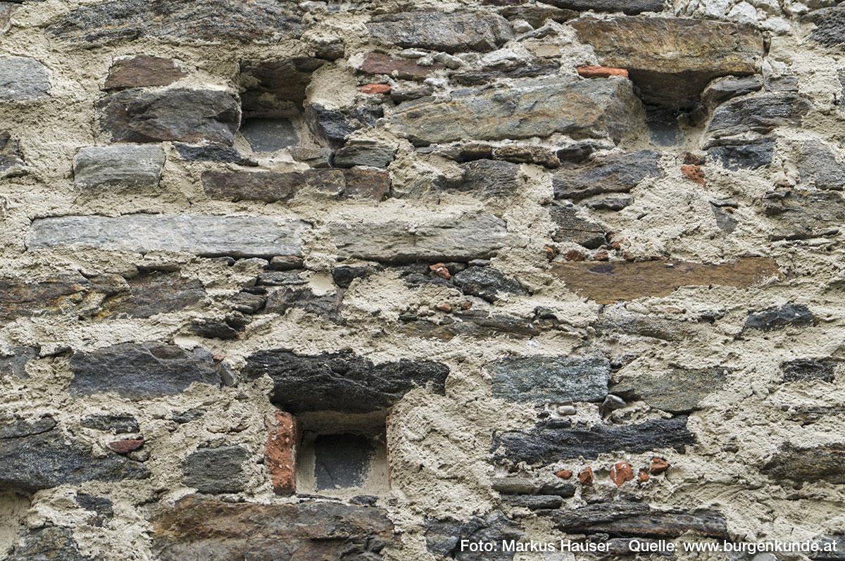 Mauerwerk an der Nordseite mit Balkenlöcher.