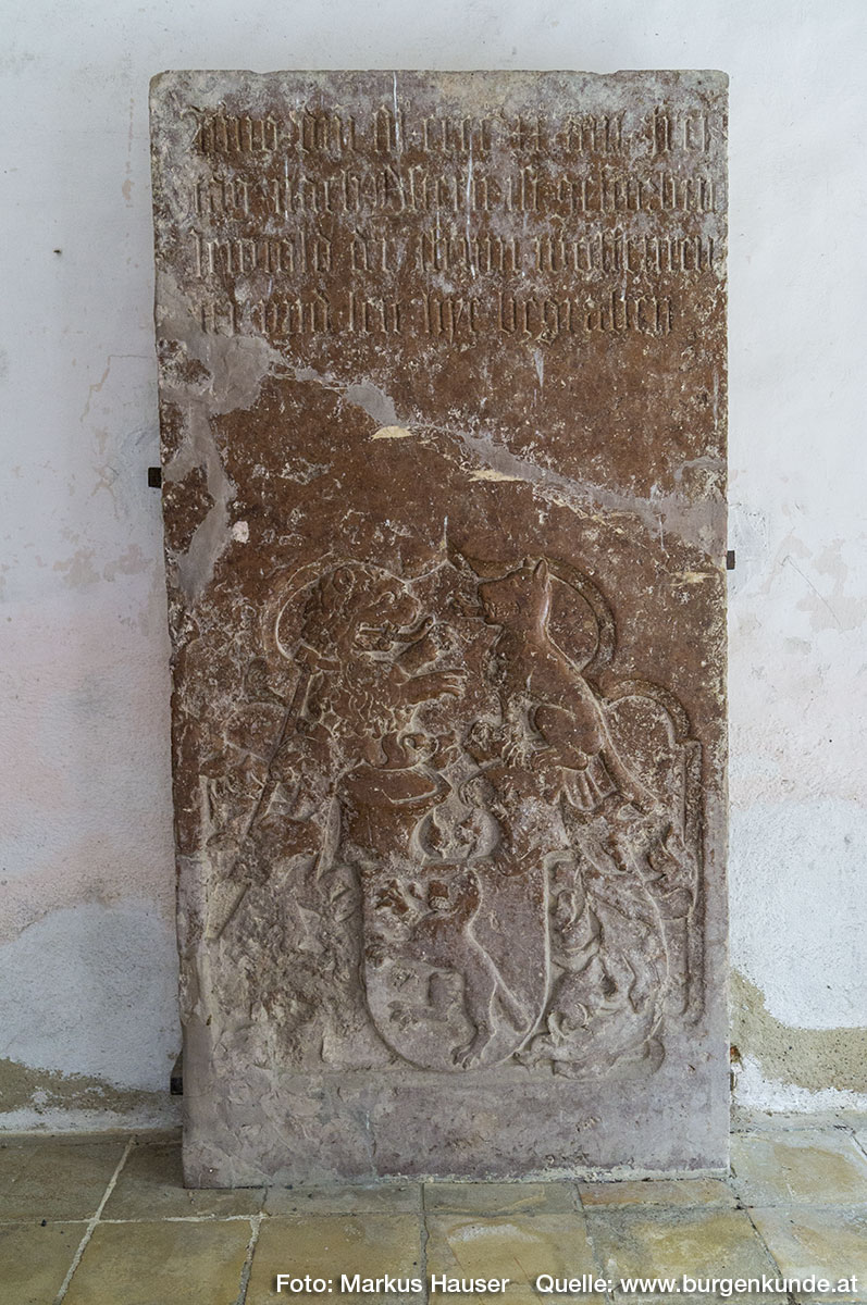 Im Kircheninneren gibt es diesen monumentaler Wappengrabstein von Leuthold Wolfenreuter (1424) zu sehen. Ein Leuthold Wolfenreuther, wird schon 1330 in einer Urkunde erwähnt.
