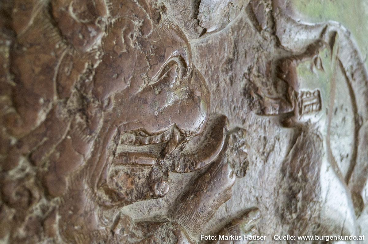 Im Kircheninneren gibt es diesen monumentaler Wappengrabstein von Leuthold Wolfenreuter (1424) zu sehen. Das Wappen zeigt ua. einen Löwen und eine Hund, jeweils auf einem Helm mit Wappentafel sitzend, die sich mit offenem Maul und herausragender Zunge gegenüber stehen.