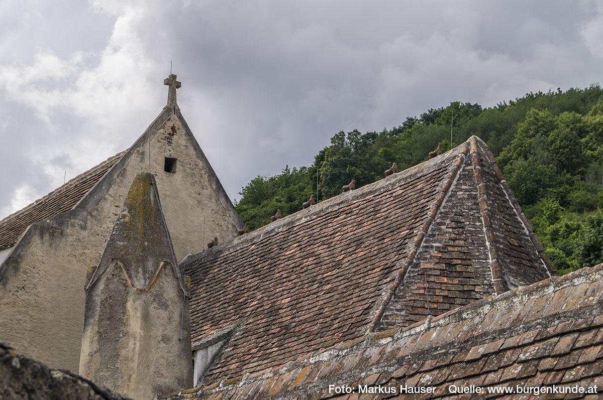 """Am Dachfirst der Kirche sind die im Volksmund als die """"7 Hasen von St. Michael"""" bekannten Tierfiguren zu sehen."""