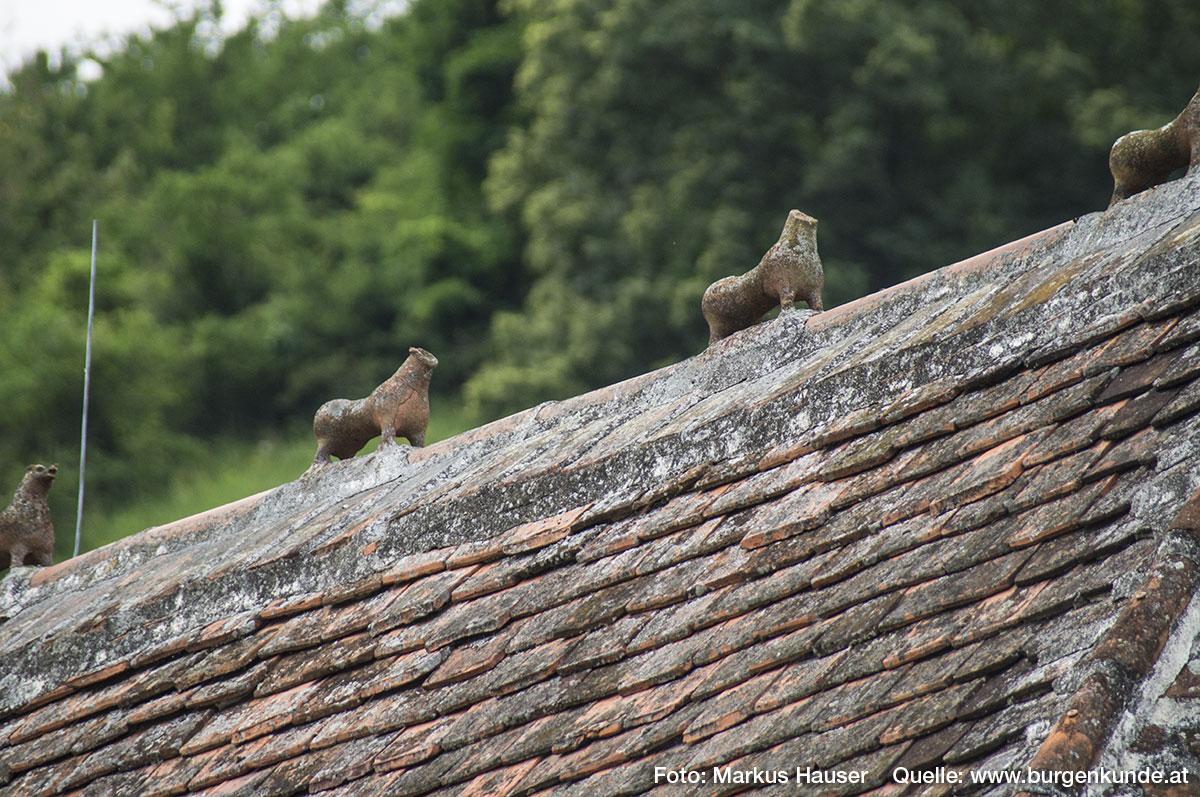 """Am Dachfirst der Kirche sind die im Volksmund als die """"7 Hasen von St. Michael"""" bekannten Tierfiguren zu sehen. Es soll sich dabei um die Darstellung einer """"Wilden Jagd"""" handeln, die an vorderster Stelle den Hirschen, gefolgt von fünf Hunden und zuletzt einem stilisierten Reiter zeigt."""