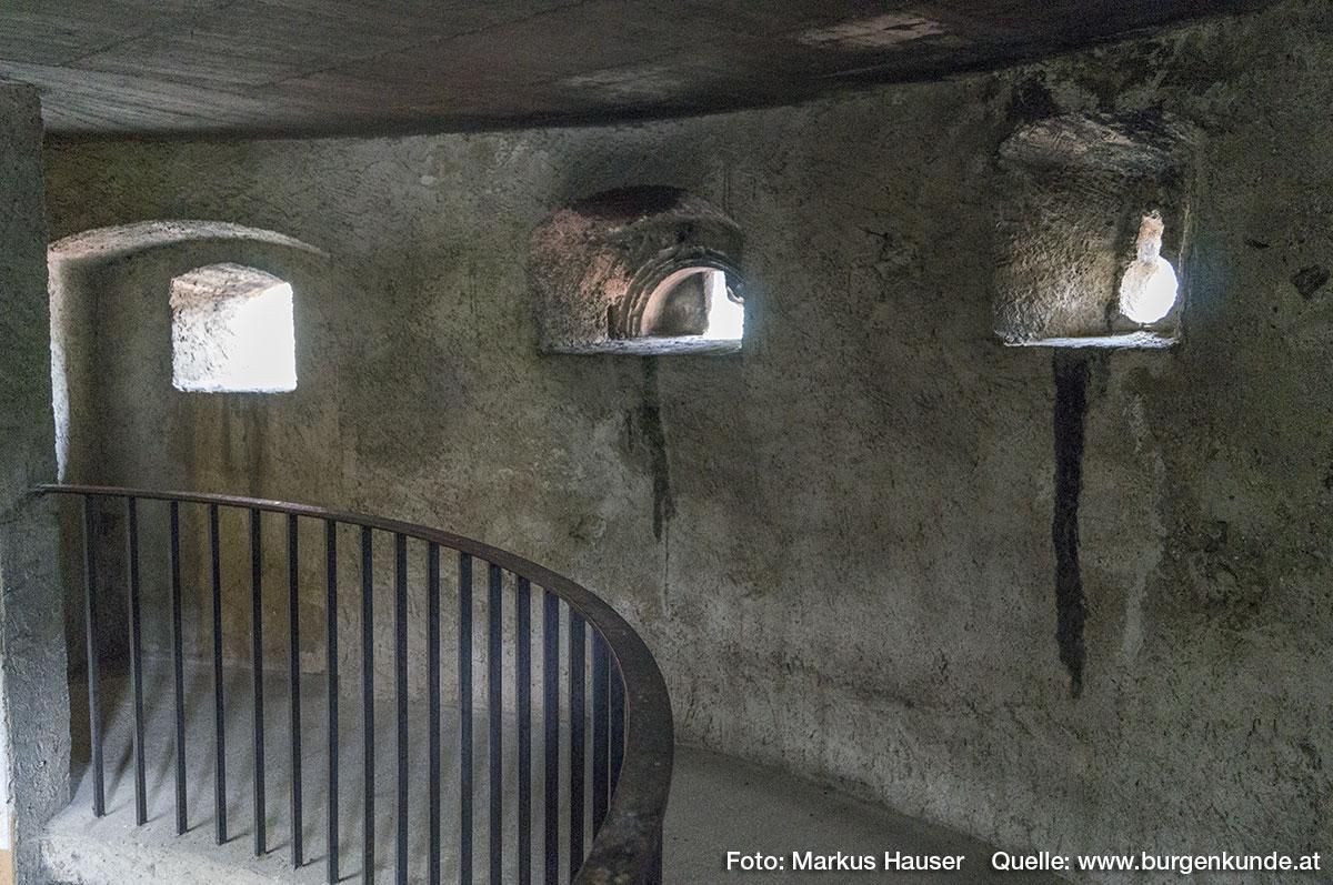 Im Turm sind zahlreiche (tw. verbaute) Öffnungen wie Schlüsselscharten verbaut.
