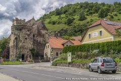 Ein Parkplatz an der Bundesstraße steht den Besuchern der Wehrkirche St. Michael zur Verfügung.