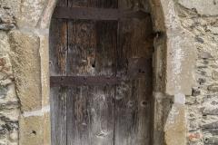 Der Zugang zur Kapelle mit Beinhaus und Karner erfolgt durch diese gotische kleine Tür, dessen spitzbogige Umrandung noch Reste von weißer und roter Bemalung zeigt.