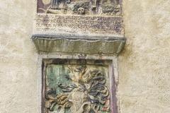 Epitah der Familie des Christoph Zipf (d.A.) aus Sandstein. Der bärtige Verstorbene kniet im Gebet vor dem Gekreuzigten. Die Inschrift lautet: INRI Hie ligt begraben der erbar Christoff Zypf der alt, mit aller seiner Frevndschaft, dem Gott sey genädig vnd barmherzig. Crstobhorvs Zypf der alt.