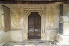 An der Südseite der Kirche befindet sich dieser Zugang durch ein mehrfach gestäbtes Portal mit Schulterbogenschluß.