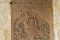 Grabtafel eines Adeligen an der Kirche.