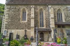 Die Südseite der Kirche mit den vielen architektonischen und künstlerischen Details.
