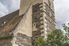 Der Turm der Wehrkirche zeigt an der Nordseite im obersten Bereich einige Scharten.