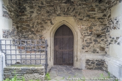 Auch an der Nordseite gibt es einen Zugang durch dieses spitzbogige, gotische, gestäbte Portal. Links ein Abgang.