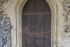 Auch an der Nordseite gibt es einen Zugang durch dieses spitzbogige, gotische, gestäbte Portal.