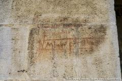 An der Kirchenaussenseite sind mehrere Inschriften von Besuchern aus den letzten Jahrhunderten zu finden.