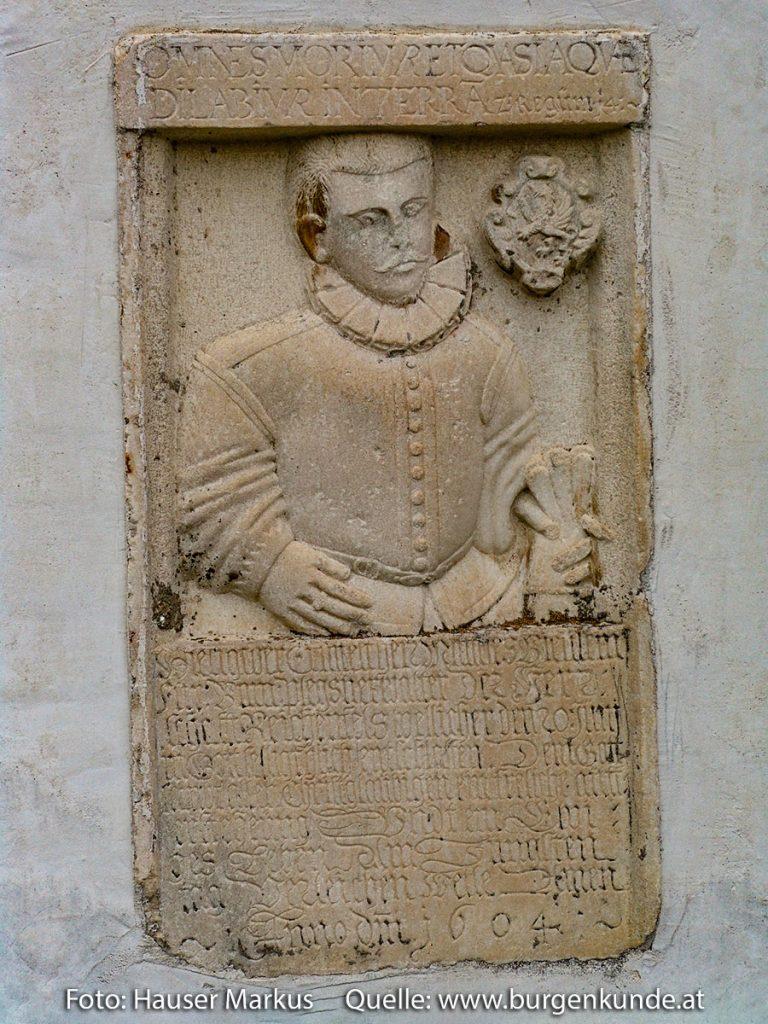 Reliefplatte mit Darstellung Mathias Bienlein an der Pfarrkirche Reichenfels